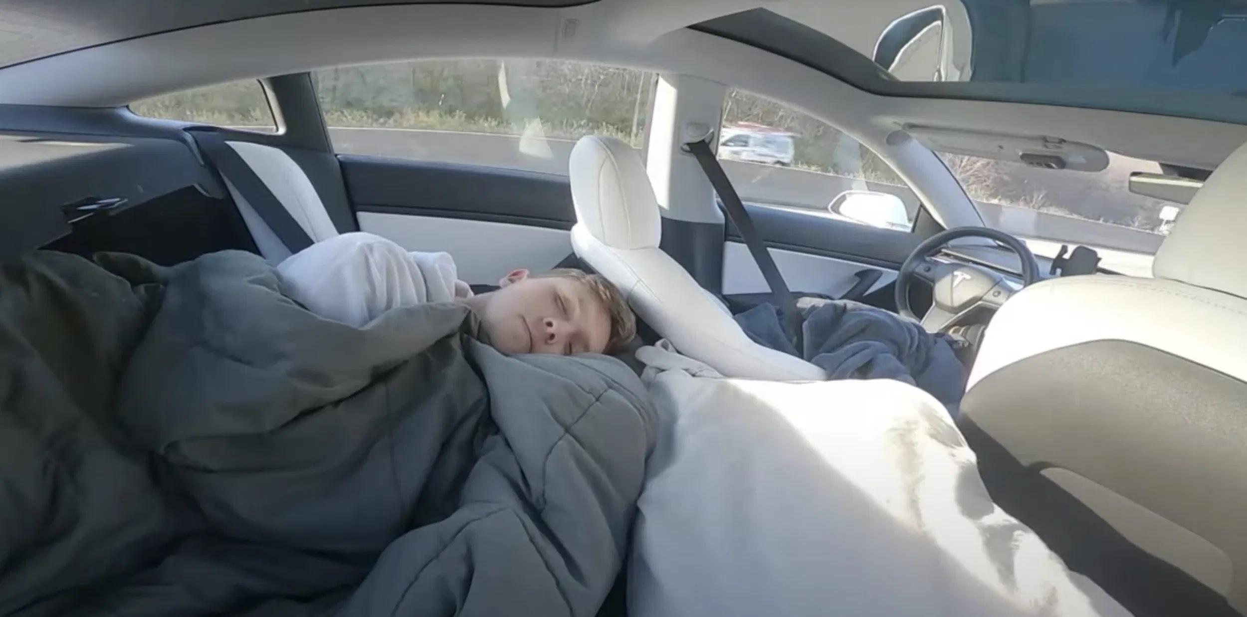 Tesla TikTok stjerne sover på bagsædet